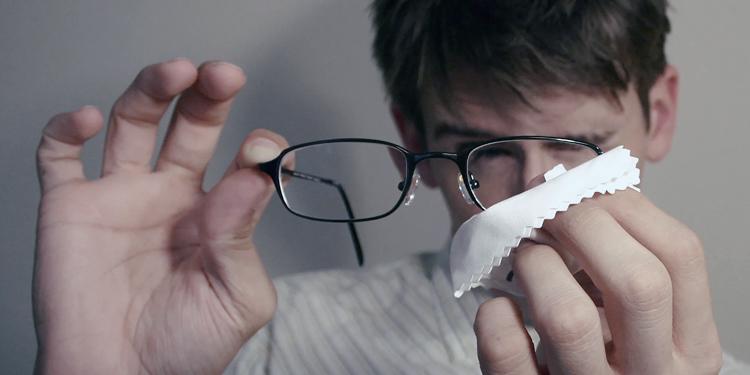 Hoe maak je een leesbril schoon?